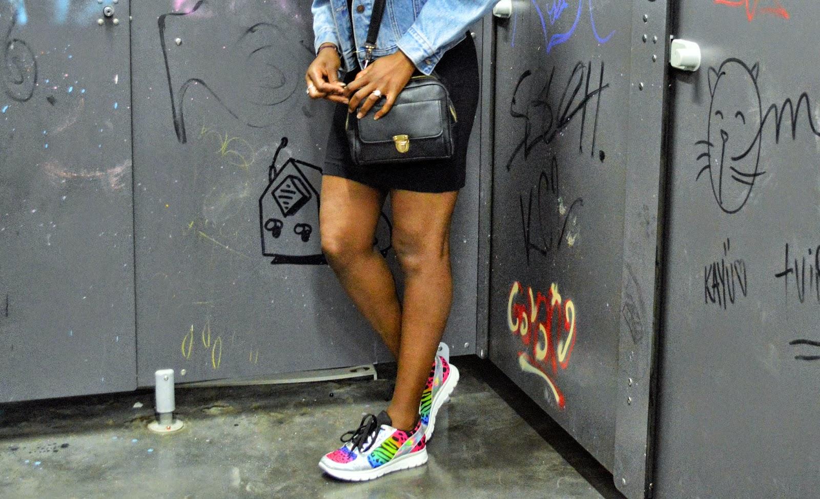 veste en jean, robe noire, baskets texto, blog mode marseille