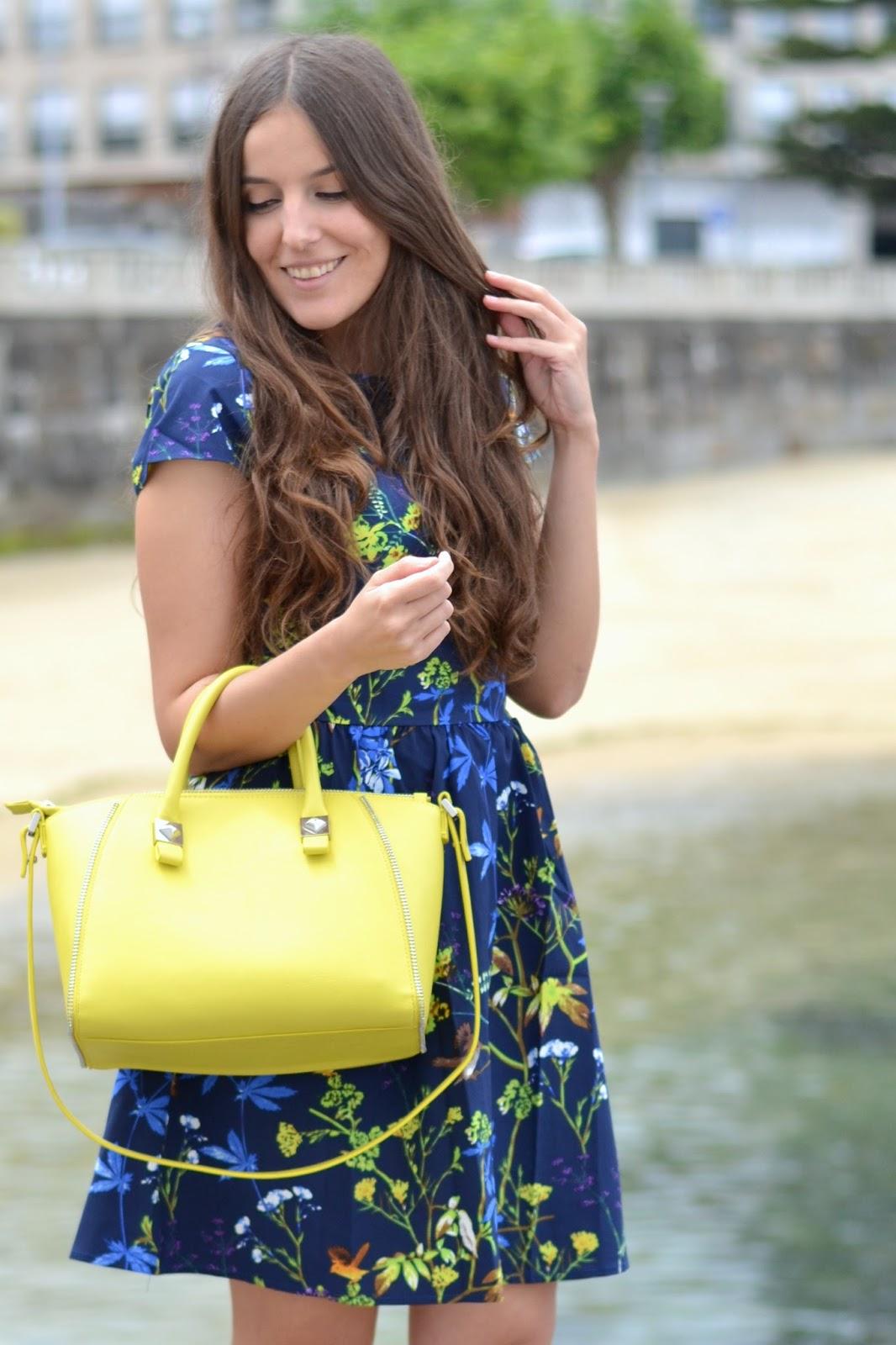 bolso amarillo y vestido azul