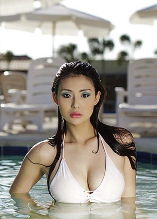 iwa moto stunning sexy bikini pic 02