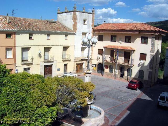 plaza-ayuntamiento-torrebaja-torreon-picos