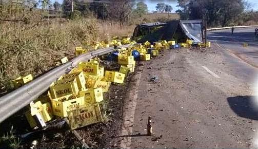 caminhão carregado de cerveja tomba