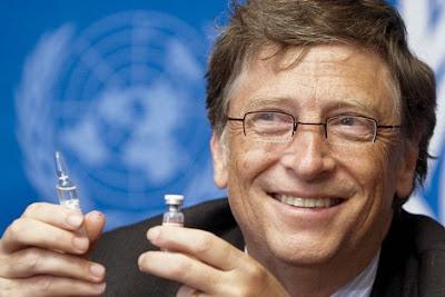 Foto de Bill Gates, segurando uma ampola de vacina.