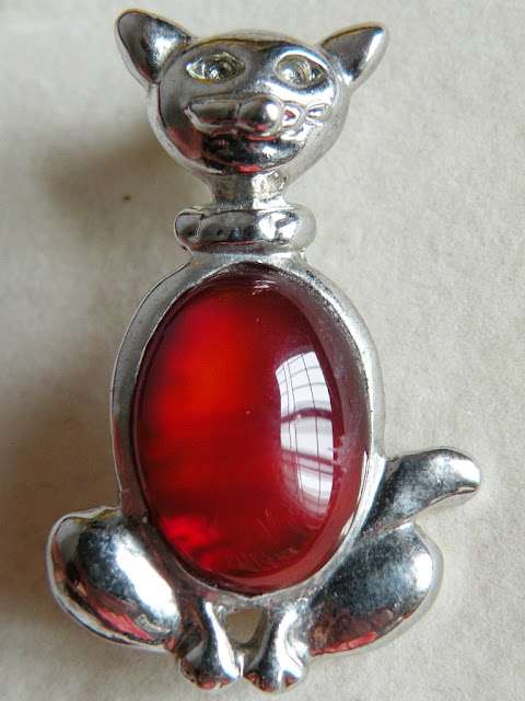 Silver cat brooch with sardonyx stone