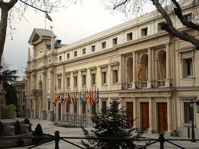 «Senado fachada Madrid» de Esetena - Trabajo propio. Disponible bajo la licencia CC BY-SA 3.0 vía Wikimedia Commons - https://commons.wikimedia.org/wiki/File:Senado_fachada_Madrid.jpg#/media/File:Senado_fachada_Madrid.jpg
