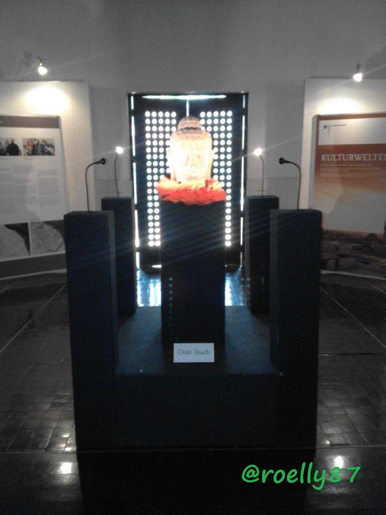 Salah satu properti patung kepala Budha