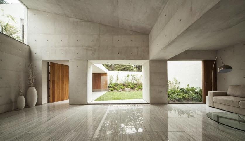 amplia sala de casa con terreno irregular