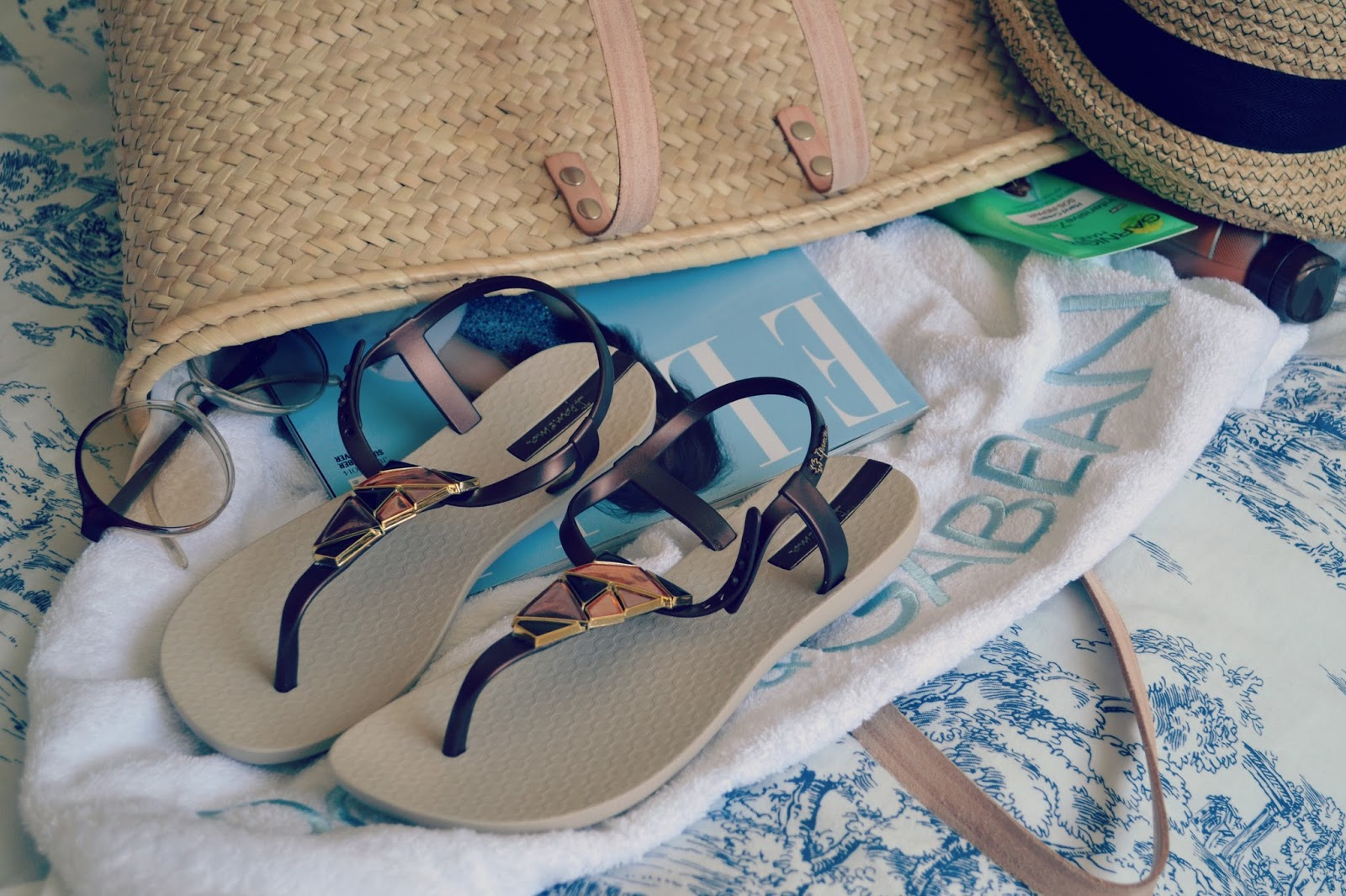 beach bag essentials elle magazine ipanema sandals vintage sunglasses