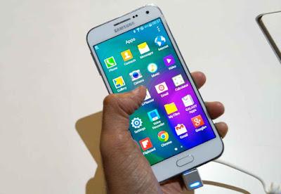 Samsung Galaxy E5 In Hand