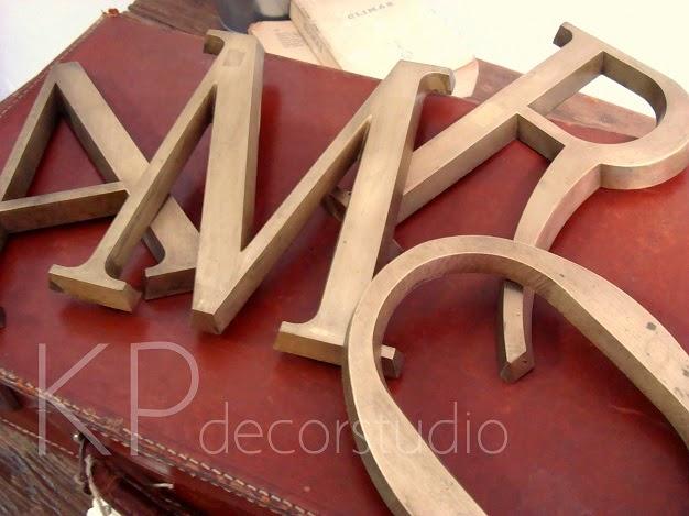 Conjunto de letras vintage de metal laton para decoración. palabras love vintage