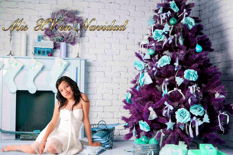 Chica en una sala con chimenea y árbol navideño