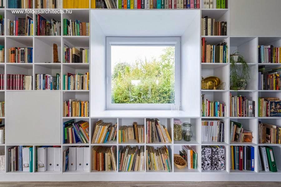Ventana en el muro de la extensa biblioteca en el interior de la casa