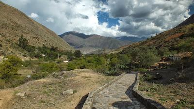 kotosh_huanuco_peru_complejo_cultura_paisaje_trekking_manos_cruzadas_templo