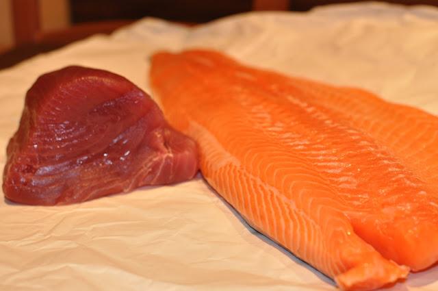 Steak z tuniaka s parenou zeleninou a bylinkovým maslom