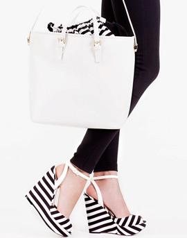 sandalias de cuna rayas blancas y negras y bolso shopper Stradivarius