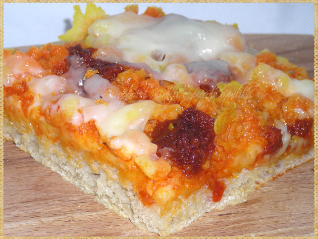 Trancio di pizza con patate 'Nduja e Silano