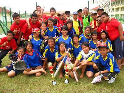 Pasukan sofbol SMK Luar Bandar No.1 Sibu semasa Kejohanan Sofbol MSS Sibu pada tahun 2011