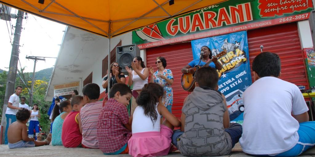 Músicas e contação de histórias divertiram as crianças