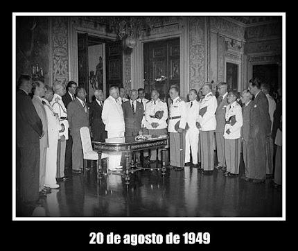 FOTO HISTÓRICA DA ASSINATURA DO DECRETO DE CRIAÇÃO DA ESCOLA SUPERIOR DE GUERRA - ESG.