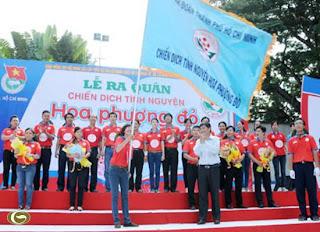 Phó Bí thư Thường trực Thành ủy TPHCM Nguyễn Văn Đua trao cờ lệnh cho Ban chỉ huy chiến dịch.