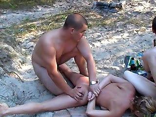 Русские нудисты устроили шабаш на поляне леса