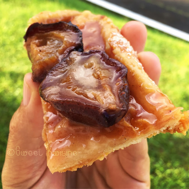 Sweet Kwisine, tarte, tarte fine, pâte feuilletée, prunes, quetsches, banane, caramel, cannelle, dessert, pâtisserie
