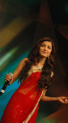 Cute shruthi hassan in red saree