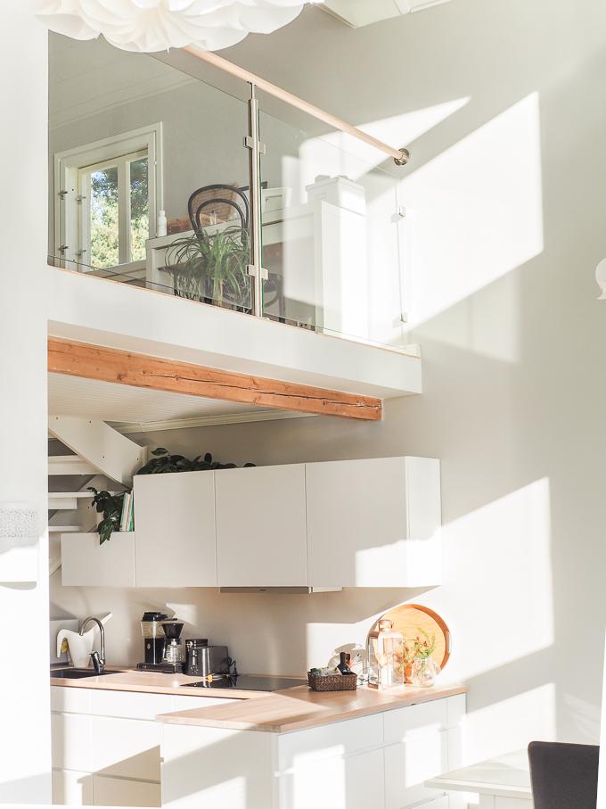 valkoinen keittiö, vanha puutalo, lasikaide aulassa, kvik mano keittiö, keittiöinspiraatiota