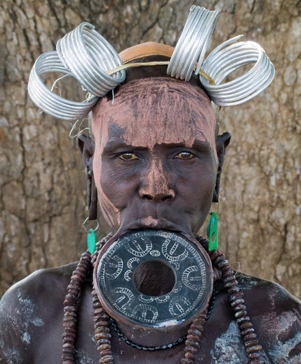 Kinh dị bộ tộc làm đẹp đeo đĩa lên môi 1