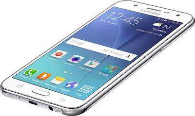 Tela grande, processador de oito núcleos e câmera frontal com flash são os destaques do Galaxy J7