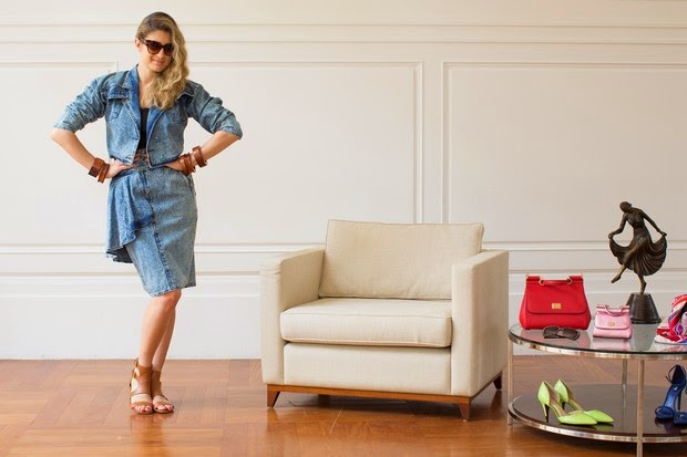 Barbara Migliori usando saia jeans com detalhe de babado assimétrico.