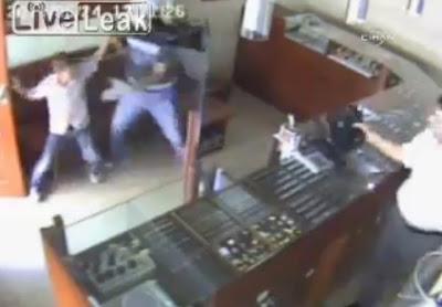 asaltante y un niño turco