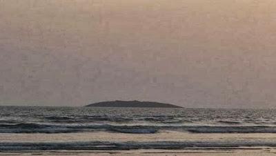 pequeña isla que apareció en el medio del mar Arábigo frente a la costa de Pakistán después del terremoto de 7,8 grados, 24 de Septiembre 2013