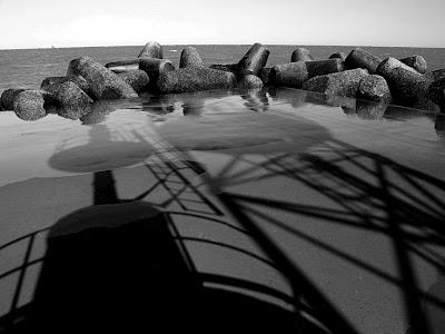 Marina di Ravenna: le ombre del faro sul molo
