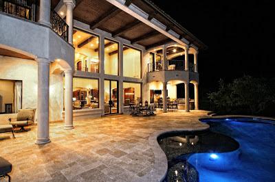 Patio grande con piscina y cocina exterior patios y jardines for Diseno de patios con piscina