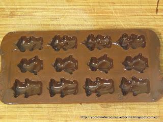 primera capa de chocolate en los moldes