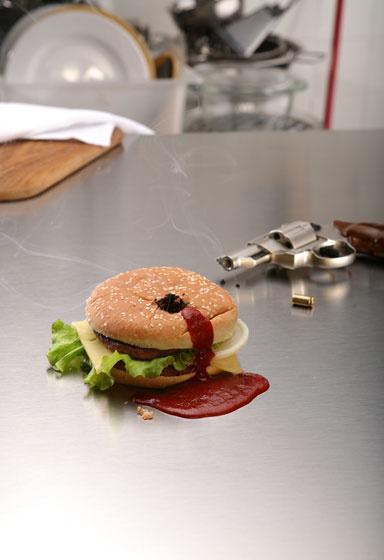 Skudt junk food burger med ketchup blod