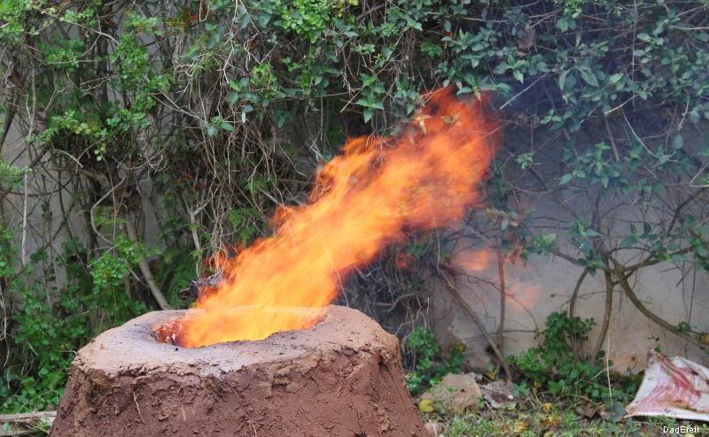 Flamme sortant d'un four à méchoui