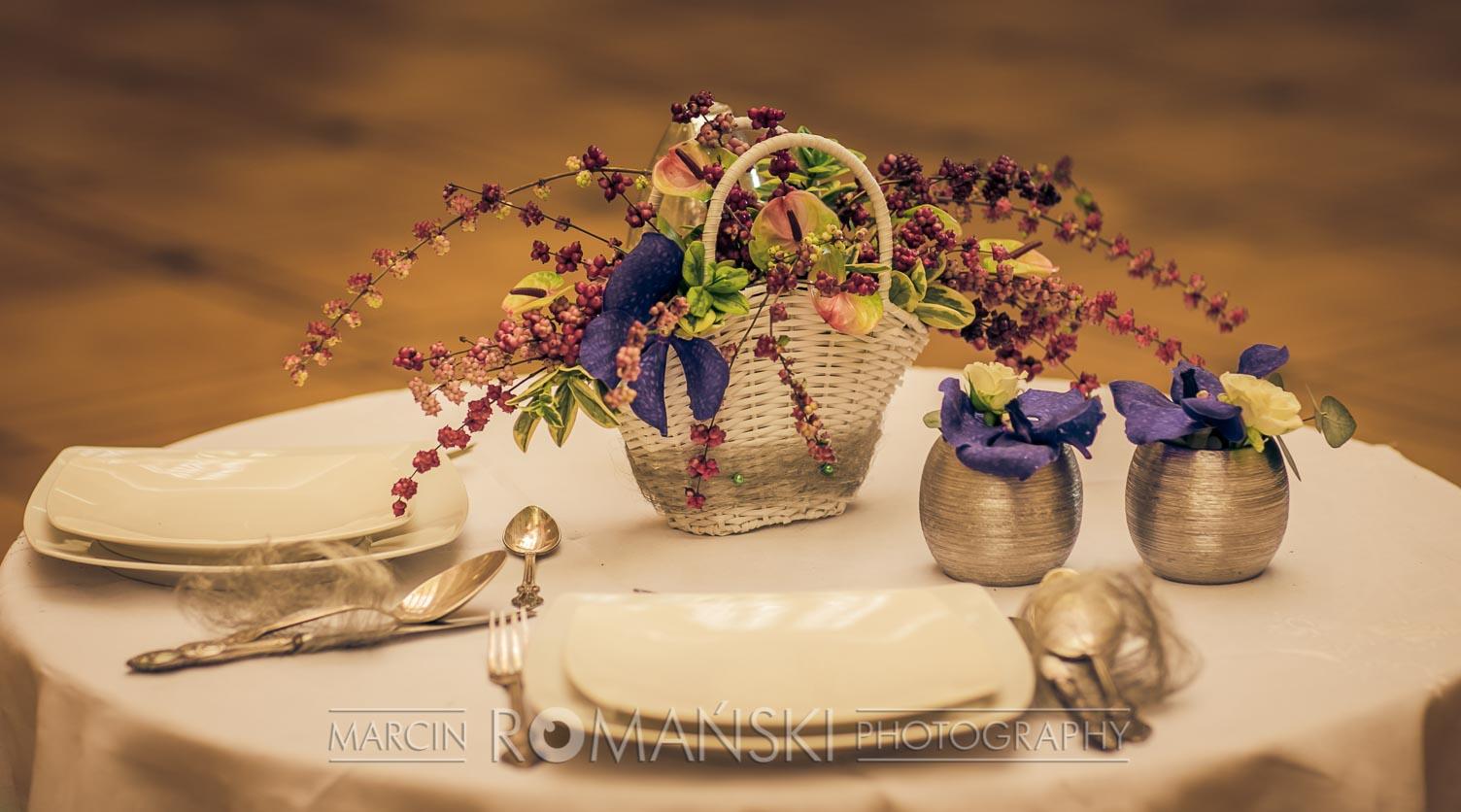 Pudrowy bukien na stół weselny