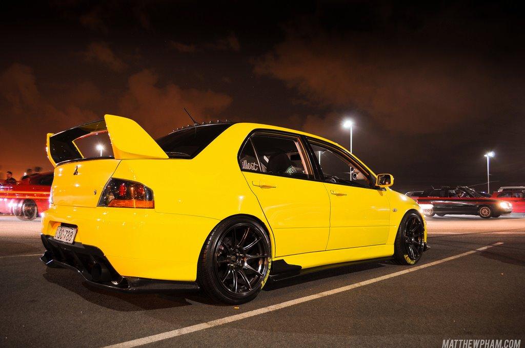 Mitsubishi Lancer Evolution, 4G63, turbo, napęd na cztery koła, legendarny, znany, ceniony, japoński sportowy sedan, z napędem na cztery koła, żółty, fotki w nocy, samochody, auta, tuning