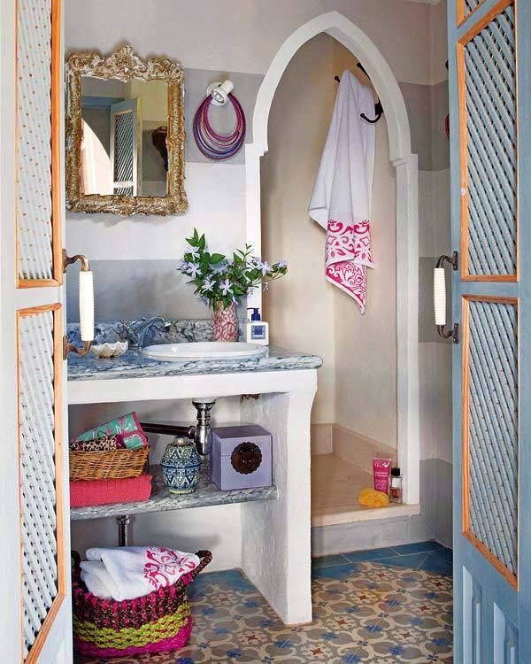 ici une relle ambiance orientale chic pour cette salle de bain on retient le joli carrelage oriental les portes ajoures les panires qui permettent de - Chambre Orientale Chic
