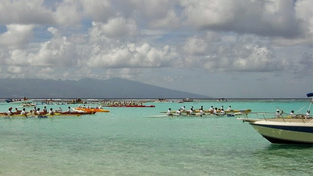 Course de pirogues va'a en Polynésie