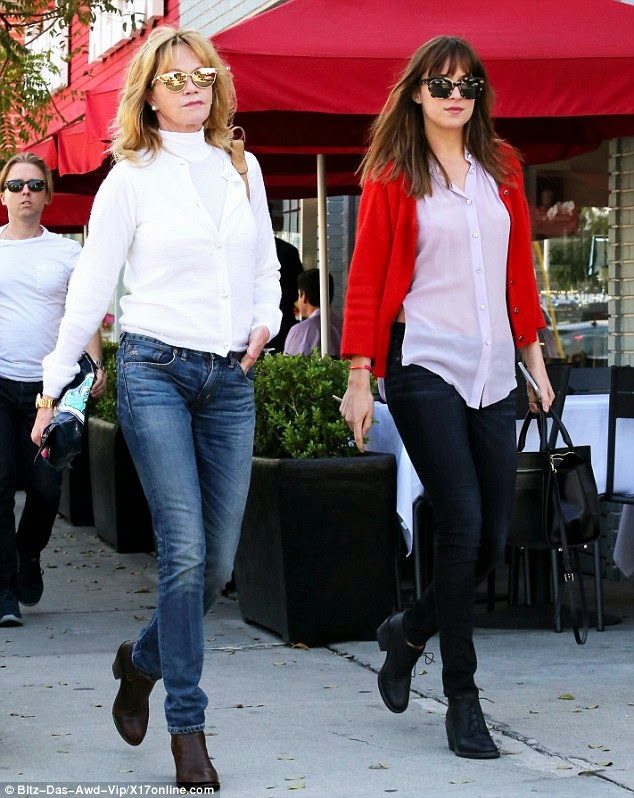Dakota Johnson & su mama Melanie Griffith de paseo por Beverly Hills- 21 Marzo