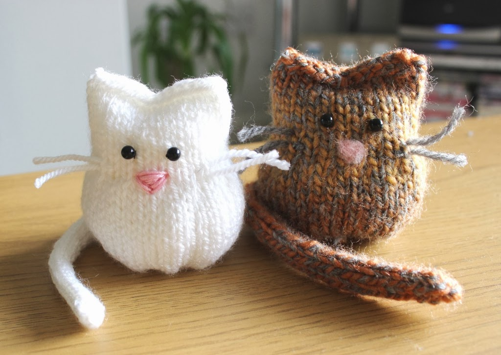 Cat Design Knitting Pattern : floral and feather: Knitted kitty