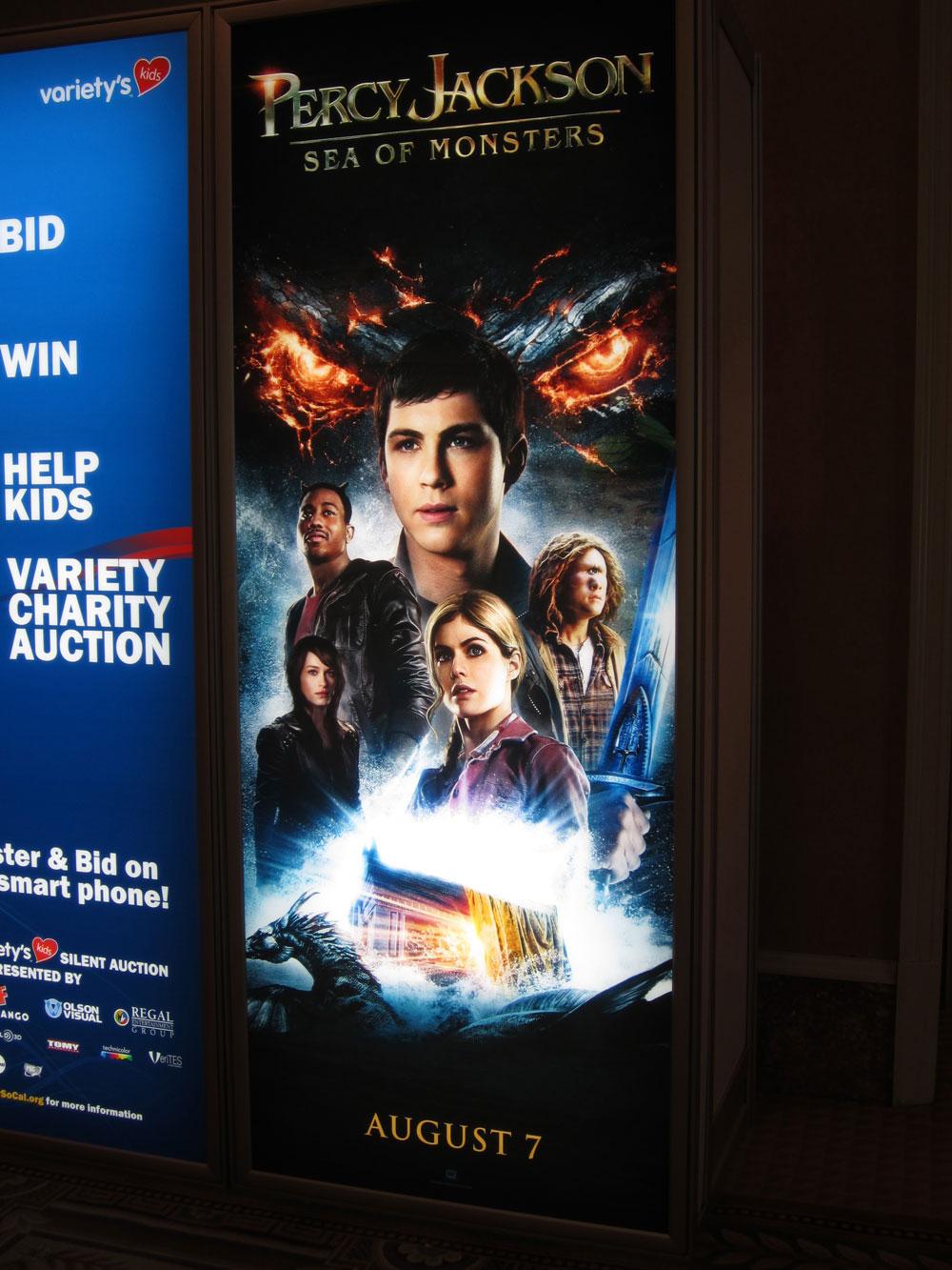 Foto del panel con el póster en inglés de Percy Jackson y el Mar de los Monstruos en CinemaCon.
