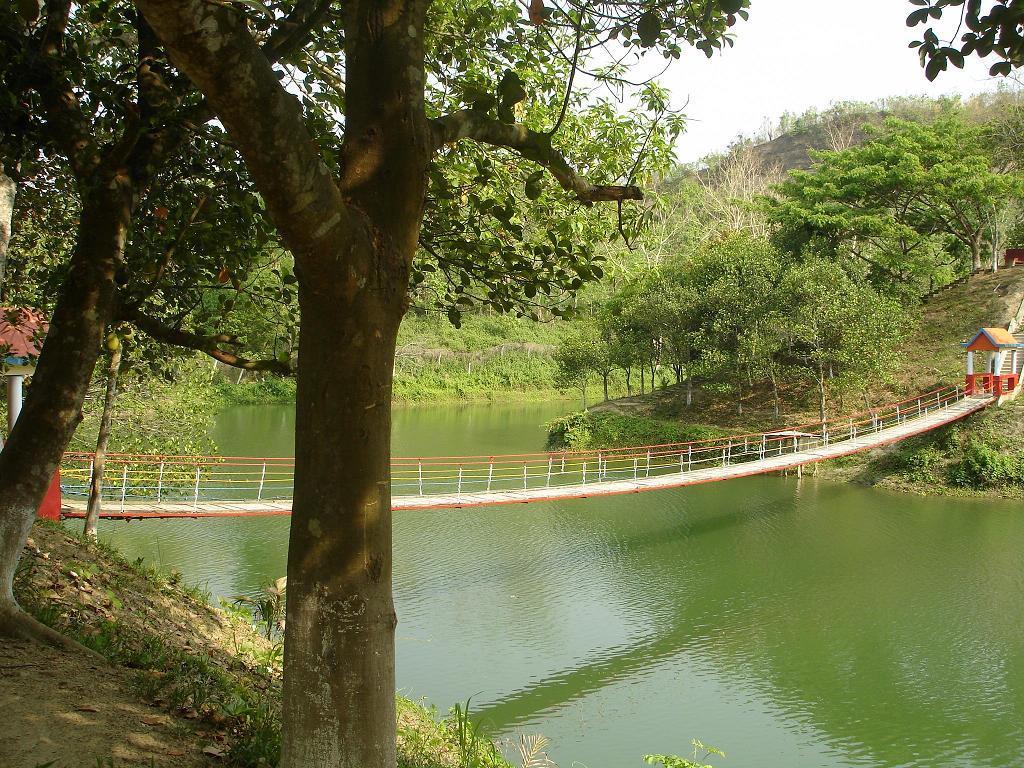 http://3.bp.blogspot.com/-y0wLocKk_5I/Tq7dmfK15ZI/AAAAAAAADnU/N7iKIk4ZTK0/s1600/Chittagong+Foys+Lake+ok.jpg