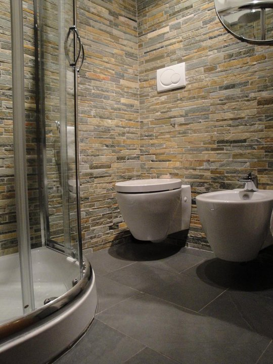 Our house rivestimento - Bagno in ardesia ...