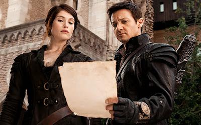 Hansel y Gretel mirando un papel