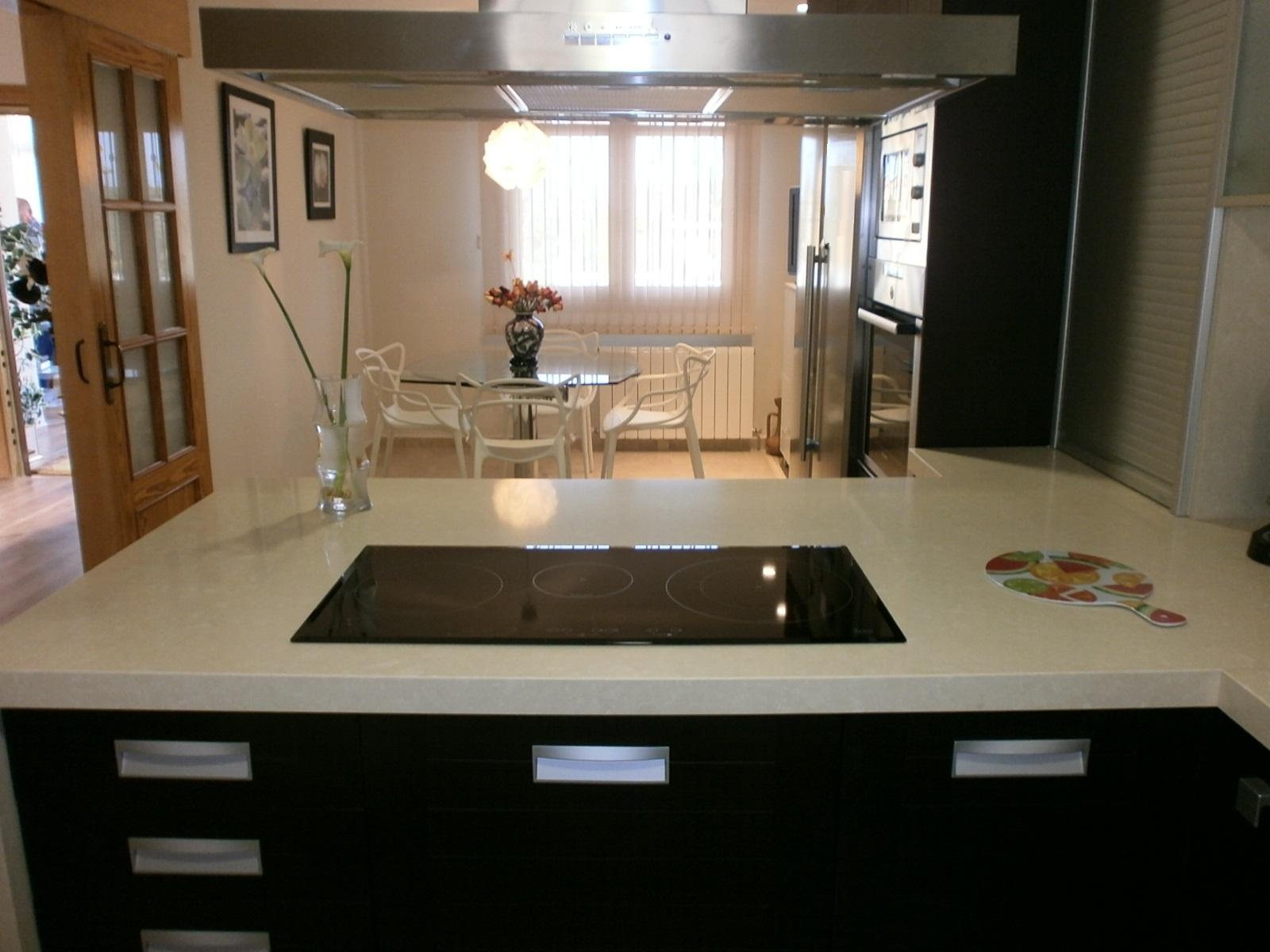 El wengu y la madera oscura en la cocina cocinas con estilo for Alicatar cocina detras muebles
