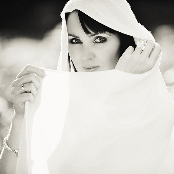 Mujer envuelta en un velo blanco