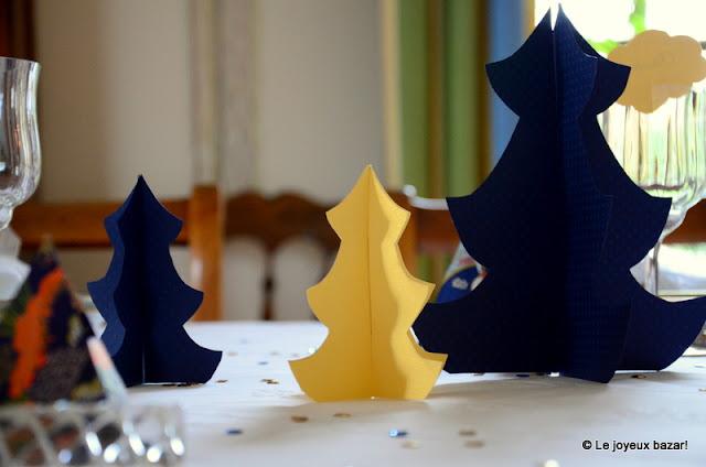 Table de Noël bleue blanche et dorée - sapins